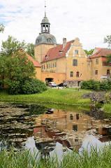 Schloss von Groß-Roop / Lielstraupes Pils wurde ursprünglich im romanischen Stil erbaut, und nach einem Brand 1905 im barocken Stil wieder aufgebaut.  Seit 1963 wird das Gebäude als Heilstätte für Alkoholiker genutzt.
