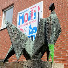 Ganztagsschule Molkenbuhrstrasse in Hamburg Stellingen - Bronzeskulptur Liegende, Bildhauerin Barbara Haeger - 1961.