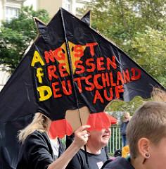 """Demonstration """"Bündnis gegen Rechts"""" in Hamburg - Plakat Angst fressen Deutschland auf"""