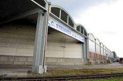 Lagerhaus mit Tonnendächern - Betonarchitektur im Veddeler Damm, Hamburg Kleiner Grasbrook.