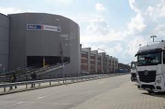 HHLA Parkhaus und Lagergebäude an der Dessauer Straße im Hamburger Stadtteil Kleiner Grasbrook; parkende Lastwagen.