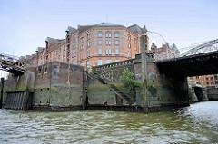Historische Ziegelmauer, Steintreppe zum Wasser des Zollkanals in der Hamburger Speicherstadt, re. die Einfahrt zum Kleinen Fleet.