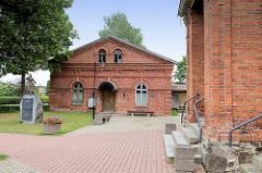 Turnhalle, Backsteingebäude - Schule in  Fellin / Viljandi, Estland.