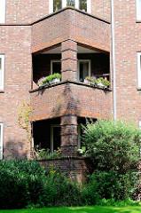 Balkons in dreieckiger Form,  expressionistische Wohnanlage Heimat im Gazellenkamp / Stellinger Chaussee, Hamburg Lokstedt. Siedlungsbau der 1920er Jahre - Architekten Eduard und Ernst Theil, seit 2003 unter Denkmalschutz.