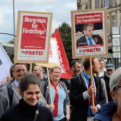 """Demonstration """"Bündnis gegen Rechts"""" in Hamburg - Schilder DIE PARTEI."""