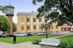Rathausplatz / Marktplatz von Fellin / Viljandi, Estland; Gebäude der Stadtverwaltung, lks. der historische Wasserturm.