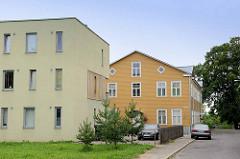 Kubisches Wohngebäude mit schmalen Fenstern, verputzte Fassade u. Wohnhaus mit Holzfassade; Architektur in Fellin / Viljandi, Estland.