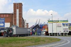 Lastwagenverkehr, Einfahrt zum Ross Hafen Terminal auf Hamburg Steinwerder.