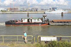 Ausblick vom Holthusenkai über die Elbe zum Kirchenpauerkai und Baustellen in der Hamburger Hafencity. Ein Schubschiff fährt elbaufwärts.