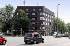 Klinkerblock mit Balkons, Eckgebäude an der Kieler Strasse, Langenfelder Damm in Hamburg Stellingen.