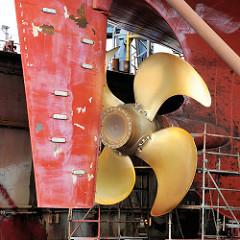 Heck eines eingedockten Frachtschiffs auf einer Werft im Hamburger Hafen - Schiffsschraube und Schiffsruder..