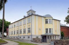 Modernere / Sozialistische Architektur in  Fellin / Viljandi, Estonia - Schulgebäude mit rundem Eingang / Treppenhaus.