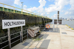 Anlegestelle / Ponton Holthusenkai an der Elbe im Hamburger Stadtteil Grasbrook.