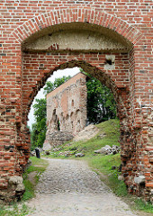 Reste alter Mauern / Tor der Ordensburg auf dem Schlossberg  in Fellin / Viljandi, Estland.