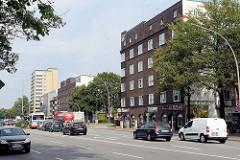 Wohnhäuser / Autoverkehr in der Kieler Straße von Hamburg Stellingen.