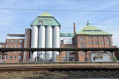 Haltestelle S-Bahnhof Eidelstedt - Industrieanlage mit Silos.