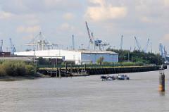 Lagergebäude an der Elbe beim Holthusenkai in Hamburg Kleiner Grasbrook - ein Tankschiff fährt elbaufwärts.