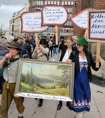 """Demonstration """"Bündnis gegen Rechts"""" in Hamburg -  Gruppe mit Landschaftsbild - Um Deutschland einen Jägerzaun, Plakate."""