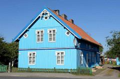 Blaues Holzhaus - Holzzaun; Wohnhaus in Juodkrante auf der Kurischen Nehrung in Litauen.