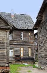 Gruppe historischer Holzhäuser mit Hinterhof, rohe Holzbretter, unlackiert; Wohnhäuser / Architektur in Fellin / Viljandi, Estland.