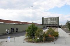 Blick auf das alte HHLA Übersee-Zentrum im Hamburger Hafen - Stadtteil Kleiner Grasbrook. Das Übersee Zentrum wurde 1967 errichtet und war früher mit einer Lagerfläche von 100 000 m² der größte Verteilschuppen für Stückgutladung in der Welt. 2016 hat