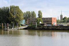 Blick über den Saalehafen zum Schiffsanleger / Ponton - Bilder vom Hamburger Stadtteil Kleiner Grasbrook.