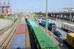 Güterzüge mit Containern im Hamburger Hafen - Lastwagenverkehr / Containertransport; im Hintergrund Containerkräne vom Terminal Eurogate.