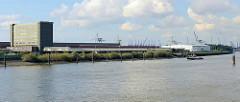 Panorama vom Gelände des Hamburger Übersee Zentrums an der Elbe im Stadtteil Kleiner Grasbrook.