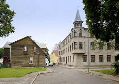 Architektur in Fellin / Viljandi, Estland; Steinhaus mit Eckerker und Giebelturm; Holzhaus mit Holzfassade.