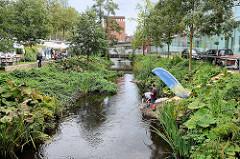 Projekt Seevekanal 2021 – KanalTag 2017;  Schulprojekt / Bezirksamt / Anwohner informieren über die ökologischen Maßnahmen am Seevekanal in Hamburg Harburg vor dem Phoenix Center.