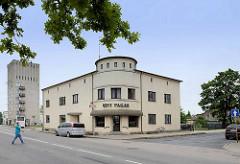 Alleinstehendes Eckgebäude mit runder Geschäftsfront; Silogebäude mit Wohnungen - Architektur in  Fellin / Viljandi, Estland.