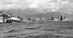 Panorama der Elbe bei den Hamburger St. Pauli Landungsbrücken, re. die Hafencity / Elbphilharmonie.