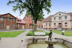 Rathausplatz mit Brunnen - re. das Museum der Stadt Fellin / Viljandi, Estland.