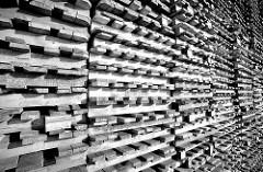 Gestapelte Holzpaletten / Transportpaletten an einem Lagerhaus im Hamburger Hafen / Kleiner Grasbrook.-