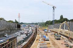 Autobahn bei Hamburg Stellingen, Baustelle für den Deckel über der A7; nach Abschluss des Lärmschutzprojektes soll eine Parkanlage mit Kleingärten entstehen.