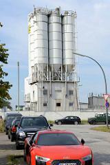 Industrieanlage mit Silos - parkende Autos in Hamburg Stellingen.