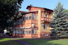 Hotelgebäude mit Holzbalkons - Wintergarten in Juodkrante, Kurische Nehrung.