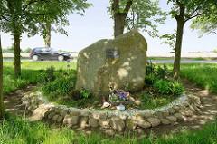 """Gedenkstein für Julian Milijski in Stelle, Unter den Linden. Julian Milejski war ein polnischer Zwangsarbeiter, der wegen """"Rassenschande"""" während der Zeit des Nationalsozialismus mit dem Tode bestraft wurde."""
