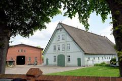 Landwirtschaftliche Gebäude, Wohnhaus - Scheune, Bauernhof im Dorfzentrum von Stelle, Bei der Kirche.