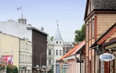 Hausfassaden - Geschäftsstrasse in Fellin / Viljandi, Estland.