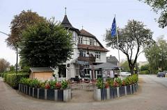 Architektur der 19. Jahrhundertwende - Fachwerkvilla mit Erkerturm, Gasstätte Schweizer Haus in Hamburg Niendorf.