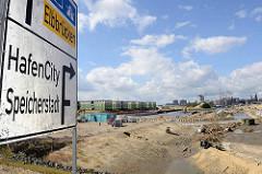 Verkehrsschild Hafencity / Speicherstadt - Blick auf die Baustelle am Baakenhafen; Neugestaltung / Veränderung des Hafenbeckens.