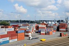 Containerlager auf dem Container Terminal Burchardkai von Hamburg Waltershof - im Hintergrund die Faultürme der Hamburger Wasserwerke auf Steinwerder.