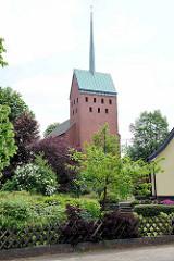 Neugotische Backsteinkirche St. Michael in Stelle, geweiht 1868 / Glockenturm von 1968.