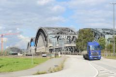 Auffahrt zu den Freihafenelbbrücken beim Kleinen Grasbrook im Hamburger Hafen; lks. die Baustelle der U-Bahn Haltestelle Elbbrücken.