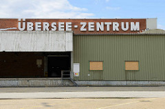 Blick auf das alte HHLA Übersee-Zentrum im Hamburger Hafen - Stadtteil Kleiner Grasbrook. Das Übersee Zentrum wurde 1967 errichtet und war früher mit einer Lagerfläche von 100 000 m² der größte Verteilschuppen für Stückgutladung in der Welt.