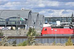Blick über den Oberhafenkanal zu den Markthallen vom Großmarkt in Hamburg Hammerbrook; erbaut 1962 - Architekt Bernhard Hermkes. Das Gebäude steht als Hamburger Beispiel für Spannbetonbauten unter Denkmalschutz.