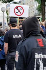 """Demonstration """"Bündnis gegen Rechts"""" in Hamburg - durchstrichenes Hakenkreuz, T-shirt Zona Antifascista."""