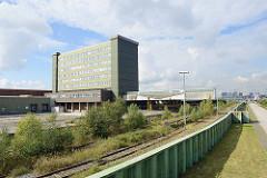 Verladestation / Bahngleise mit Rampe und Verwaltungsgebäude vom ehemaligen Übersee-Zentrum in Hamburg Kleiner Grasbrook.