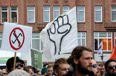 """Demonstration """"Bündnis gegen Rechts"""" in Hamburg - Plakat durchstrichenes Hakenkreuz, Transparent mit geballter  Faust."""